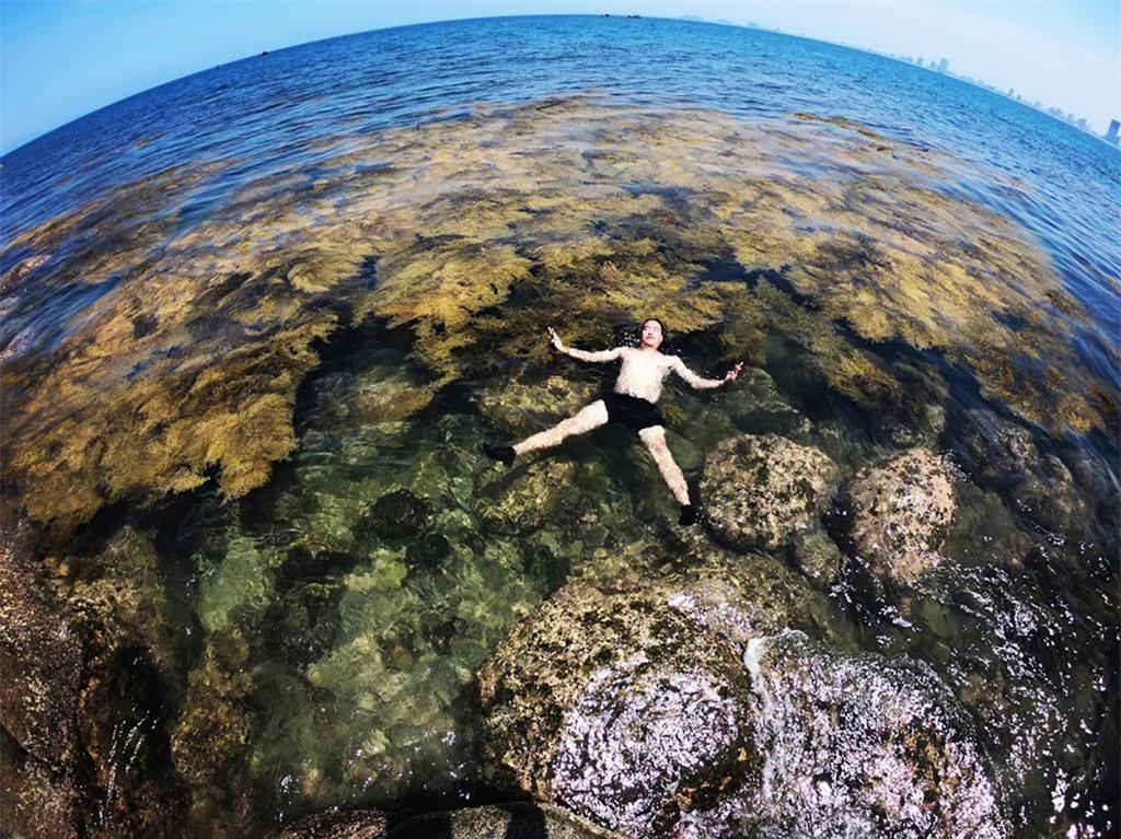 Bạn có thể tha hồ đắm mình trong làn nước biển trong xanh, thi thoảng ngụp lặn để ngắm nhìn những rạn san hô đủ màu bên dưới