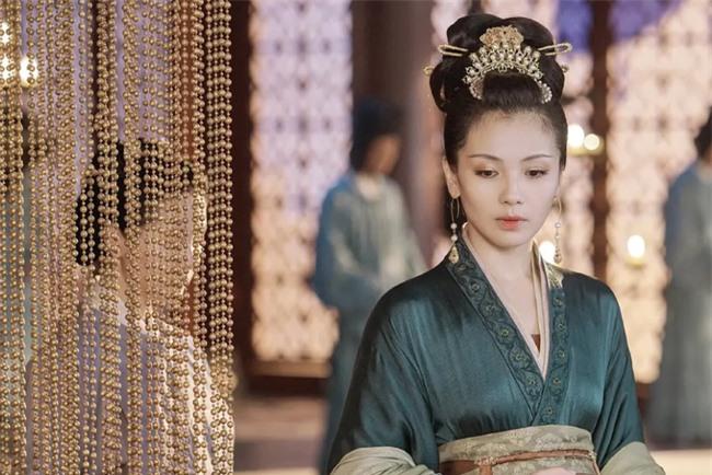 """Dung túng Phi tần loạn ngôn nói xấu """"chính thất"""", Hoàng đế bị Hoàng hậu tát đến xây xẩm mặt mày - Ảnh 1."""