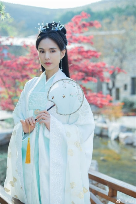 Lý Nhược Đồng 54 tuổi vẫn làm tiên nữ áo trắng, vừa xuất hiện đã gây chú ý bởi loạt ảnh photoshop quá đà  - Ảnh 3.
