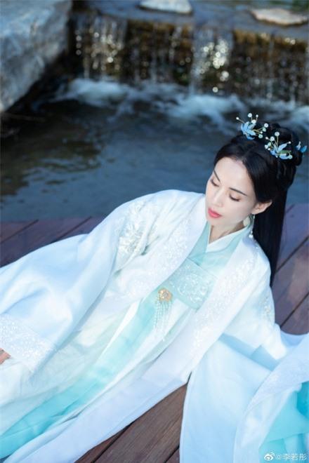Lý Nhược Đồng 54 tuổi vẫn làm tiên nữ áo trắng, vừa xuất hiện đã gây chú ý bởi loạt ảnh photoshop quá đà  - Ảnh 6.