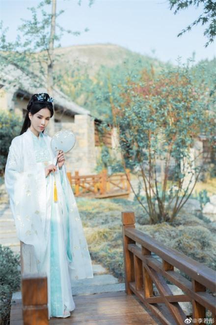 Lý Nhược Đồng 54 tuổi vẫn làm tiên nữ áo trắng, vừa xuất hiện đã gây chú ý bởi loạt ảnh photoshop quá đà  - Ảnh 9.