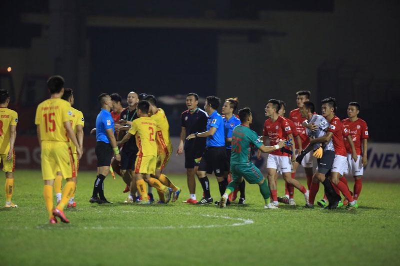 Trận Thanh Hóa 1-1 TP.HCM: Trọng tài bị quây, cảnh sát cơ động vào sân giải cứu