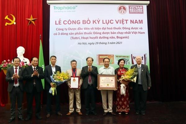 Đại diện CTCP Traphaco nhận chứng nhận kỷ lục Việt Nam.