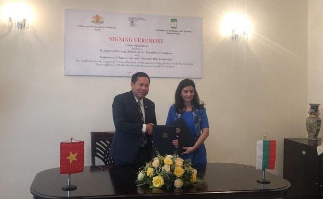 Đại sứ đặc mệnh toàn quyền Nước cộng hoà Bungari tại Việt Nam – bà Marinela Petkova và PGS.TS. Trần Thanh Đức – Hiệu trưởng Trường Đại học Nông Lâm (Đại học Huế), ký kết thoả thuận.