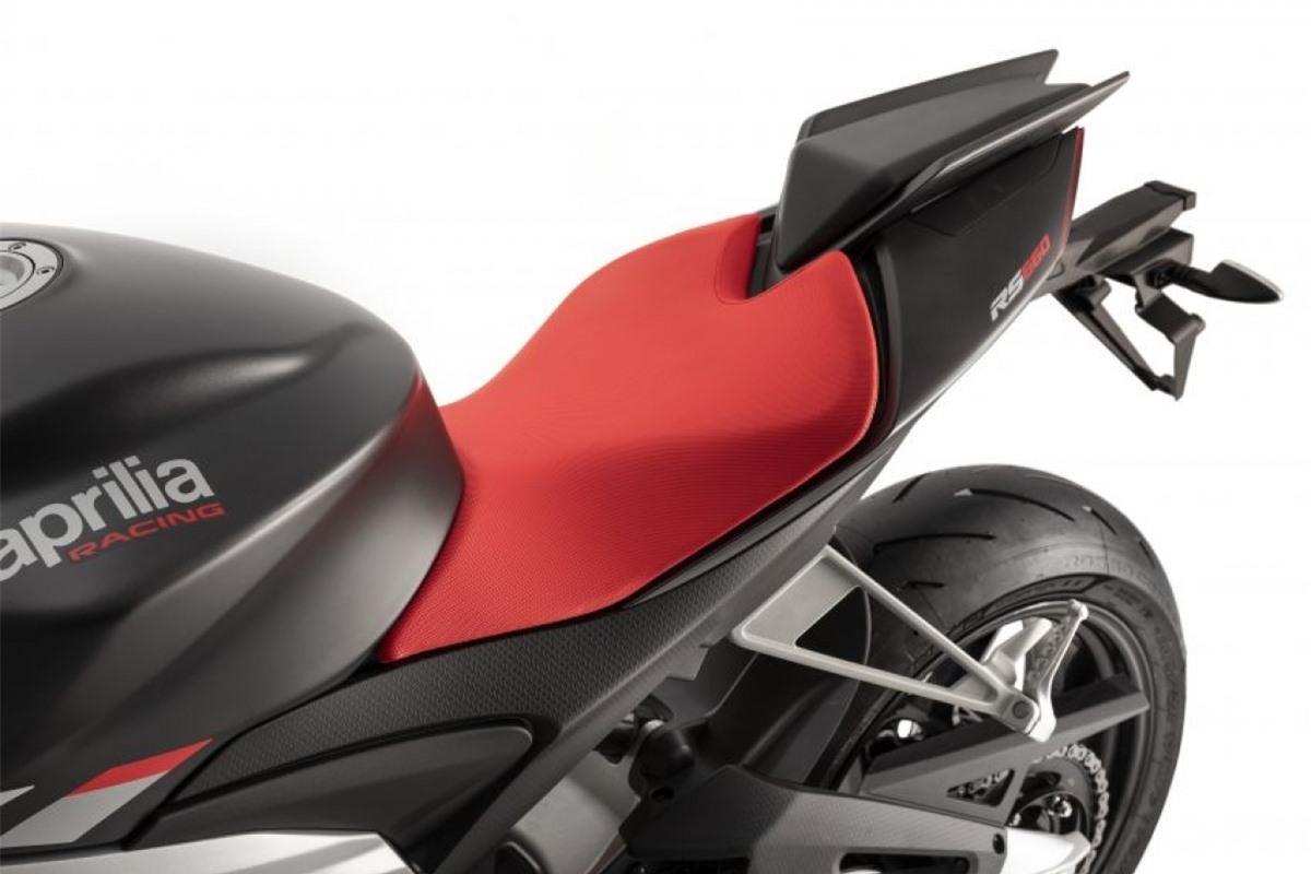 Xe có trọng lượng 183 kg, sử dụng phuộc trước upside-down với đường kính 41 mm và giảm xóc đơn ở phía sau, cả 2 có thể điều chỉnh hoàn toàn. Phanh Brembo với kẹp 4 piston trên đĩa phanh đôi ở phía trước và kẹp 2 piston và đĩa đơn ở bánh sau.