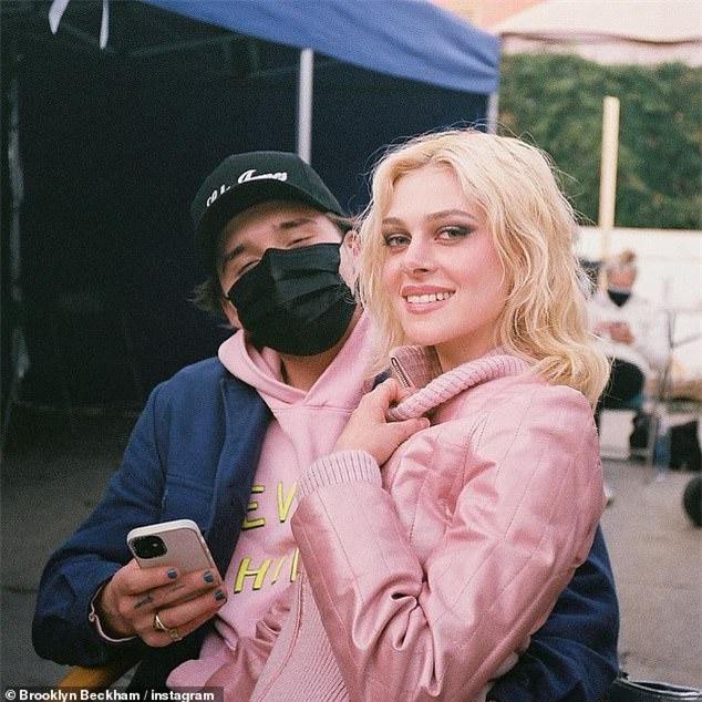 Cậu cả nhà Becks ôm eo hôn thê tình tứ trên Vogue Đức ảnh 11