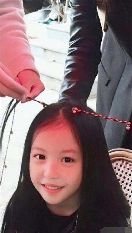 Con gái Triệu Vy gây chú ý nhờ ngoại hình ra dáng thiếu nữ khi bước sang tuổi 11 - Ảnh 1.