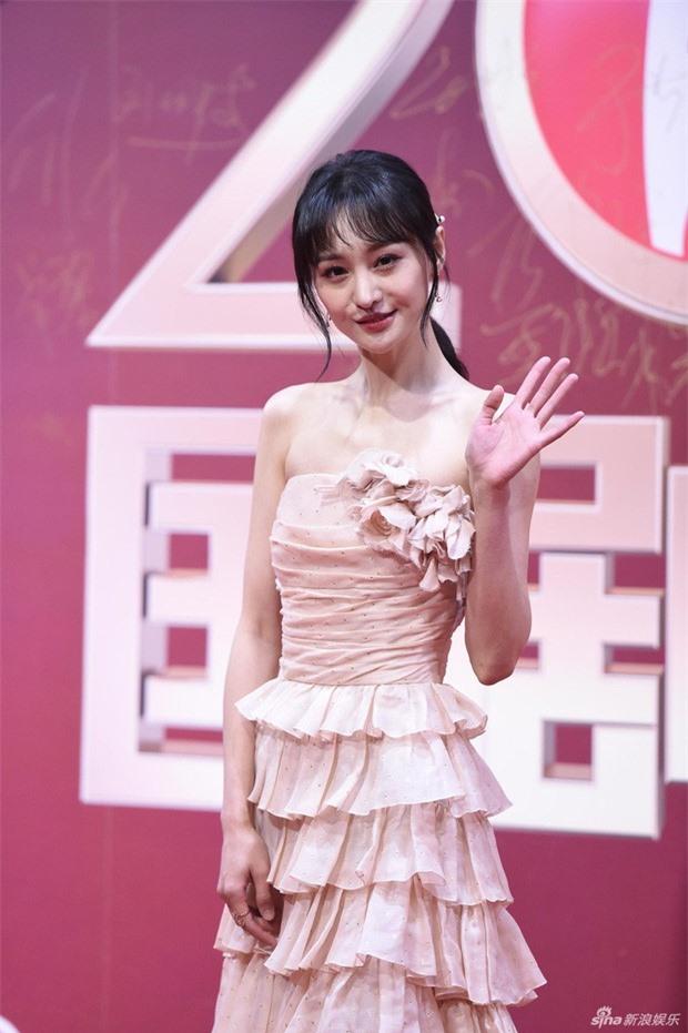 Đều sinh năm 1992, nhan sắc dàn nữ thần Cbiz quá khác biệt: Nhiệt Ba già chát, Trịnh Sảng - Dương Tử nhiều lần gây sốc - Ảnh 12.