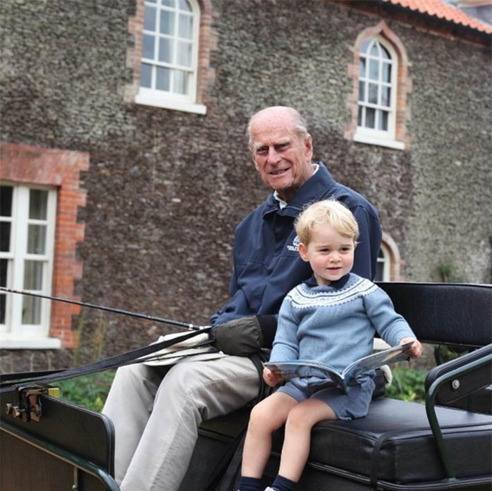 Hoàng tử William và em trai Harry đồng loạt lên tiếng về sự ra đi của Hoàng tế Philip - Ảnh 1.