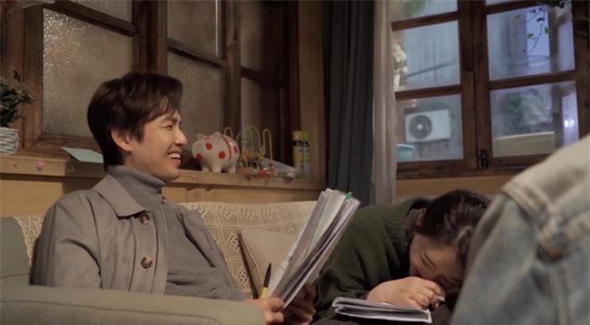 """Lộ tạo hình bác sĩ siêu đẹp trai của Chung Hán Lương trong phim mới, """"ông chú U50"""" còn trẻ hơn đàn em 30 tuổi  - Ảnh 1."""