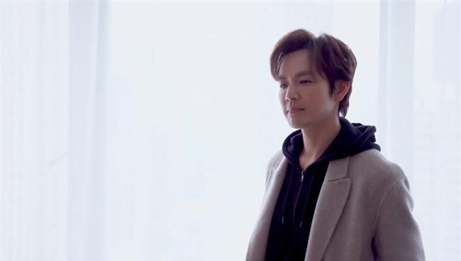 """Lộ tạo hình bác sĩ siêu đẹp trai của Chung Hán Lương trong phim mới, """"ông chú U50"""" còn trẻ hơn đàn em 30 tuổi  - Ảnh 2."""
