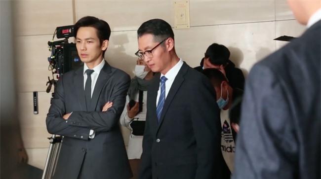 """Lộ tạo hình bác sĩ siêu đẹp trai của Chung Hán Lương trong phim mới, """"ông chú U50"""" còn trẻ hơn đàn em 30 tuổi  - Ảnh 3."""