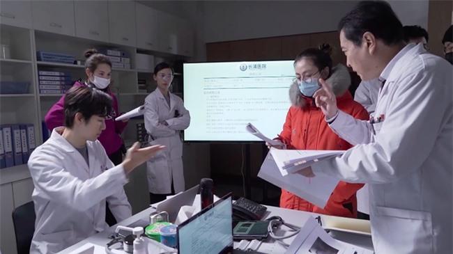"""Lộ tạo hình bác sĩ siêu đẹp trai của Chung Hán Lương trong phim mới, """"ông chú U50"""" còn trẻ hơn đàn em 30 tuổi  - Ảnh 4."""