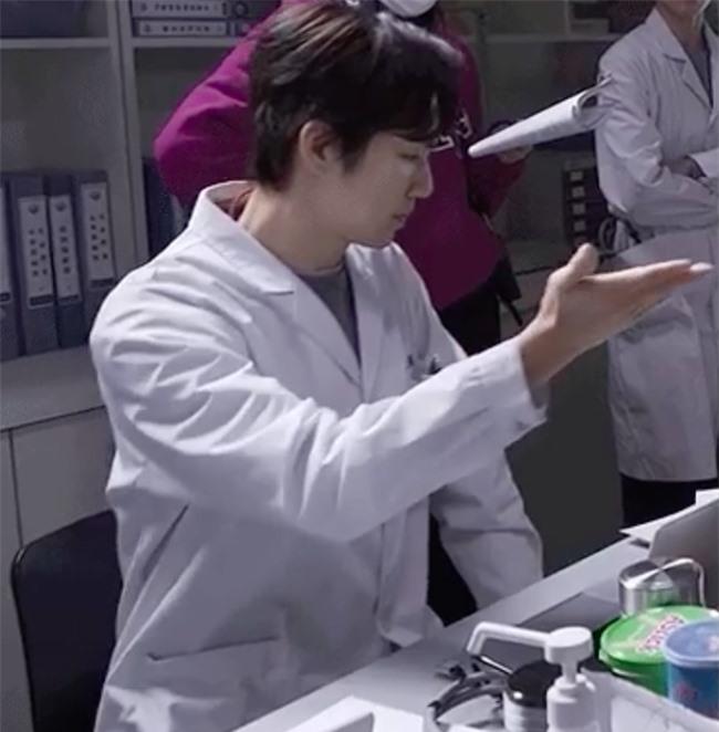 """Lộ tạo hình bác sĩ siêu đẹp trai của Chung Hán Lương trong phim mới, """"ông chú U50"""" còn trẻ hơn đàn em 30 tuổi  - Ảnh 5."""