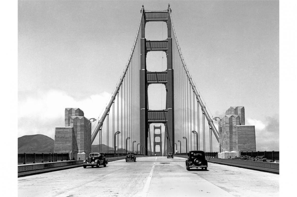 Cầu Cổng Vàng (San Francisco, California, Mỹ). Bức ảnh trên chụp vào ngày 24/5/1937, vài ngày trước ngày chính thức khai trương và một số lượng nhỏ các nhà báo được phép đi qua cầu. Ngày nay, có khoảng 100.000 phương tiện đi qua cây cầu mỗi ngày.