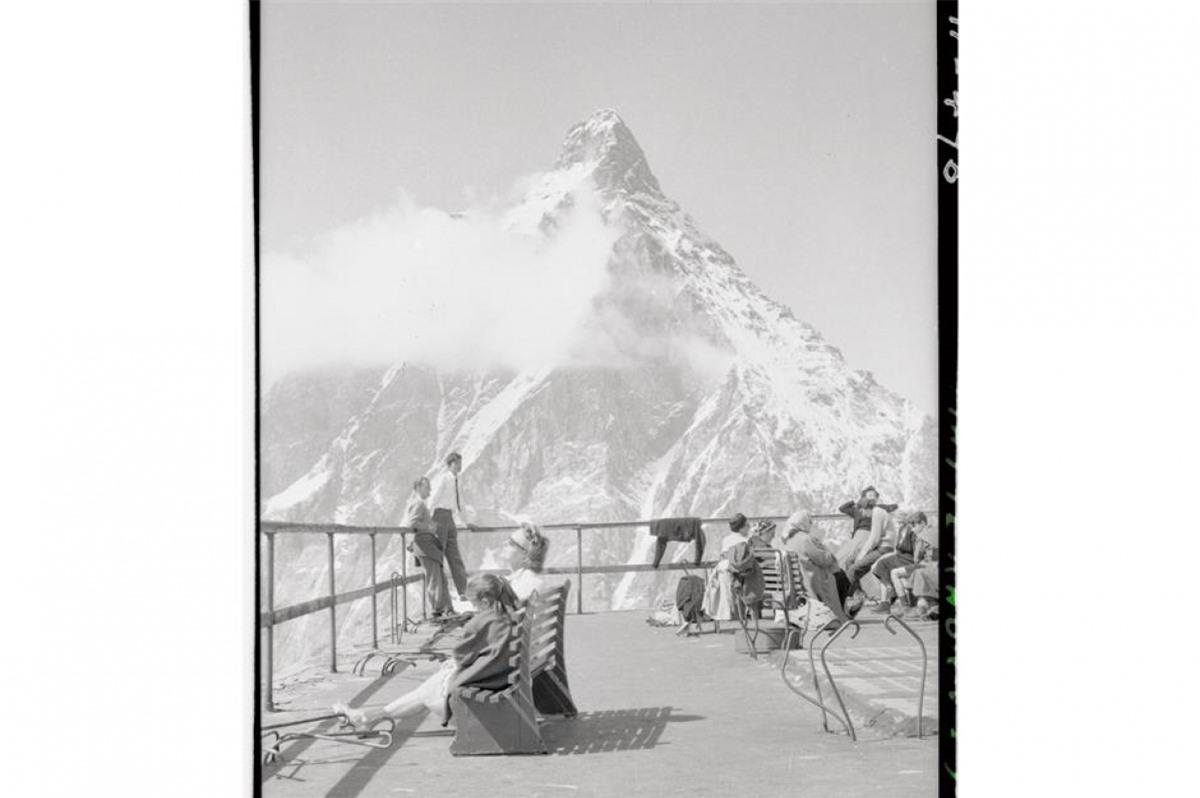 Núi Matterhorn (thuộc dãy Alps của Thụy Sĩ).Trong bức ảnh là khách du lịch nghỉ chân trên một điểm quan sát trên sườn núi phía Italy vào những năm 1950.