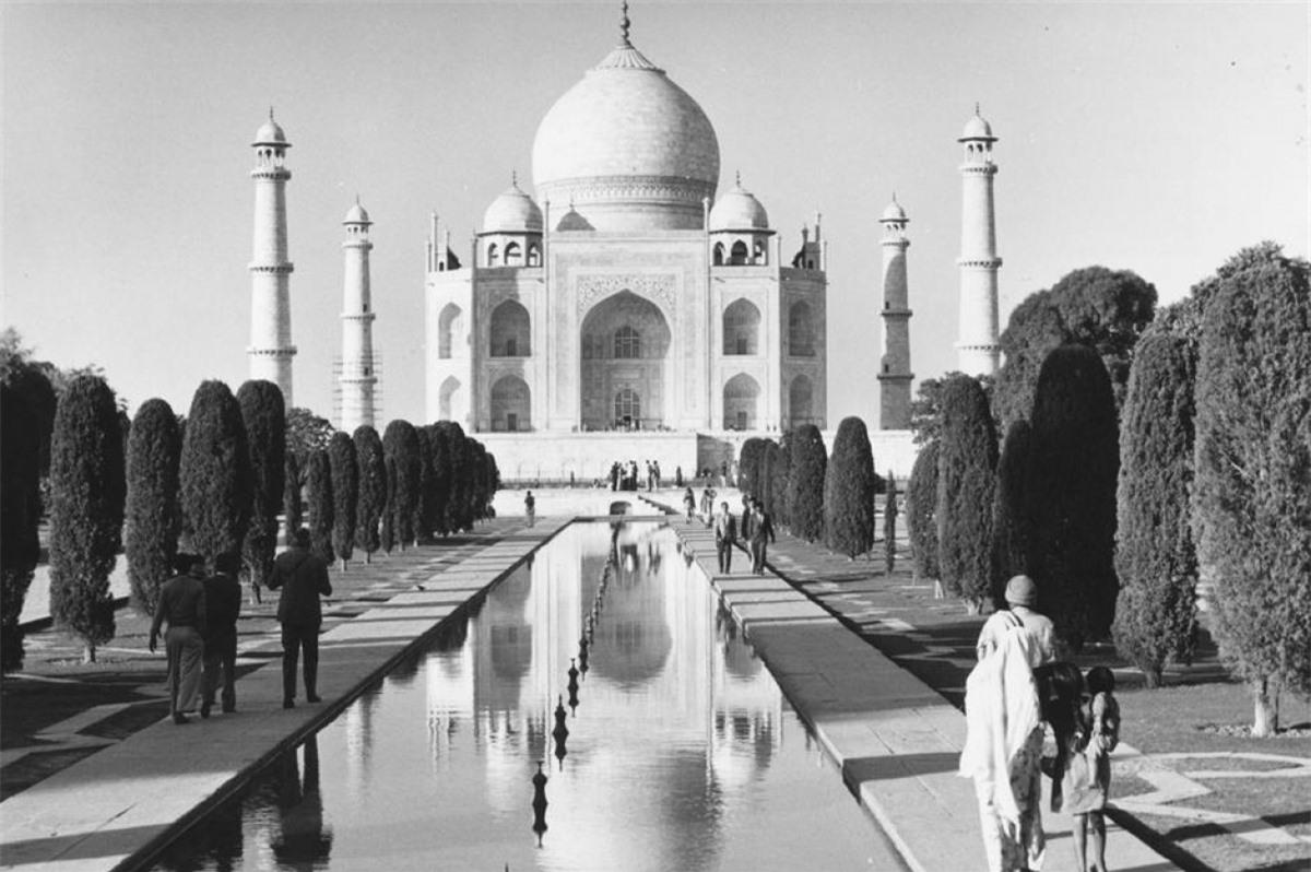 Đền Taj Mahal (Agra, Ấn Độ).Đền Taj Mahal được hoàng đế Mughal Shah Jahan xây dựng vào năm 1632 để tưởng niệm vợ ông. Đây là một trong những điểm tham quan nổi tiếng nhất của Ấn Độ, thường đón khoảng 3 triệu khách du lịch mỗi năm. Trong ảnh là khung cảnh bình yên của ngôi đền vào năm 1960.