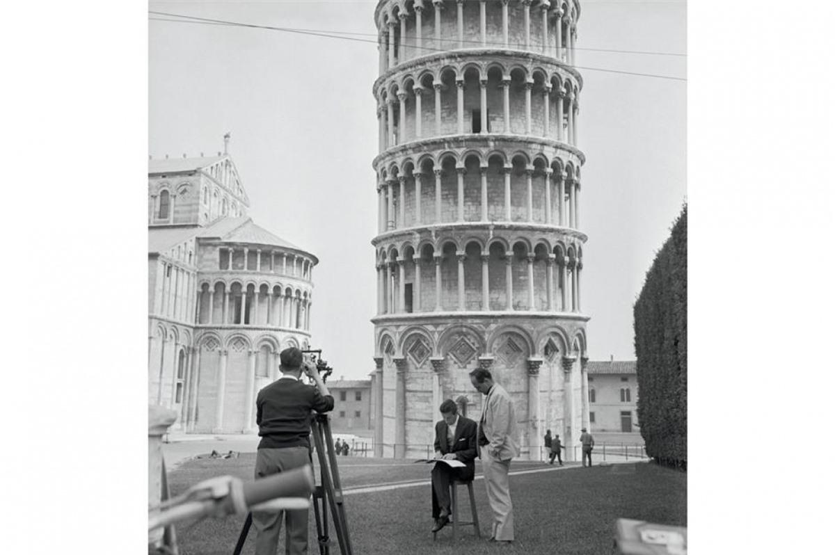 Tháp nghiêng Pisa (Florence, Italy). Trong lịch sử, Italy đã trải qua nhiều trận động đất, địa chấn có sức tàn phá lớn. Công trìnhtháp nghiêng Pisanày vẫn sừng sững theo thời gian sau 4 trận động đất từ thế kỷ 13. Phần đất nền chính là nguyên nhân khiến tòa tháp bị nghiêng. Nhưng nó cũng giúp cho tòa tháp sống sót qua những trận động đất lớn. Hình ảnh trên chụp vào những năm 1960 khi các nhà nghiên cứu của Viện Địa hình và Đo đạc tại Đại học Pisa thực hiện phép đo hàng năm để kiểm tra độ nghiêng của tháp./.