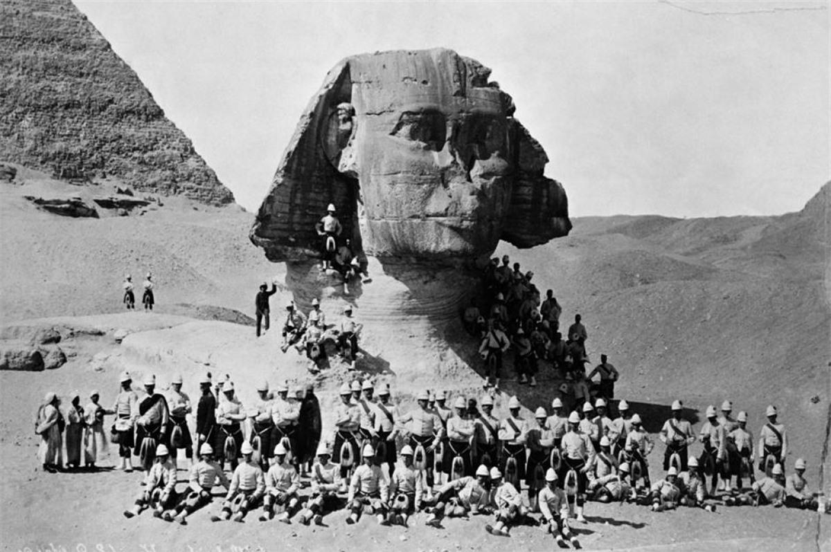 Tượng Nhân sư lớn ở Giza (Ai Cập).Bức tượng 4.500 năm tuổi nằm trên cao nguyên Giza ở bờ Tây sông Nile tại Ai Cập. Là một nhân vật thần thoạiđược thể hiện như một con sư tử đầu người,tượng Nhân sư bị cát vùi lấp đến tận vai cho đến đầu những năm 1800, khi một nhóm thám hiểm cố gắng đào ra. Một cuộc đào sâu hơn nữa vào những năm 1930 đã làm sạch cát hoàn toàn. Bức ảnh trên chụp vào năm 1882 cho thấy phần thân của bức tượng vẫn bị chôn vùi một phần.