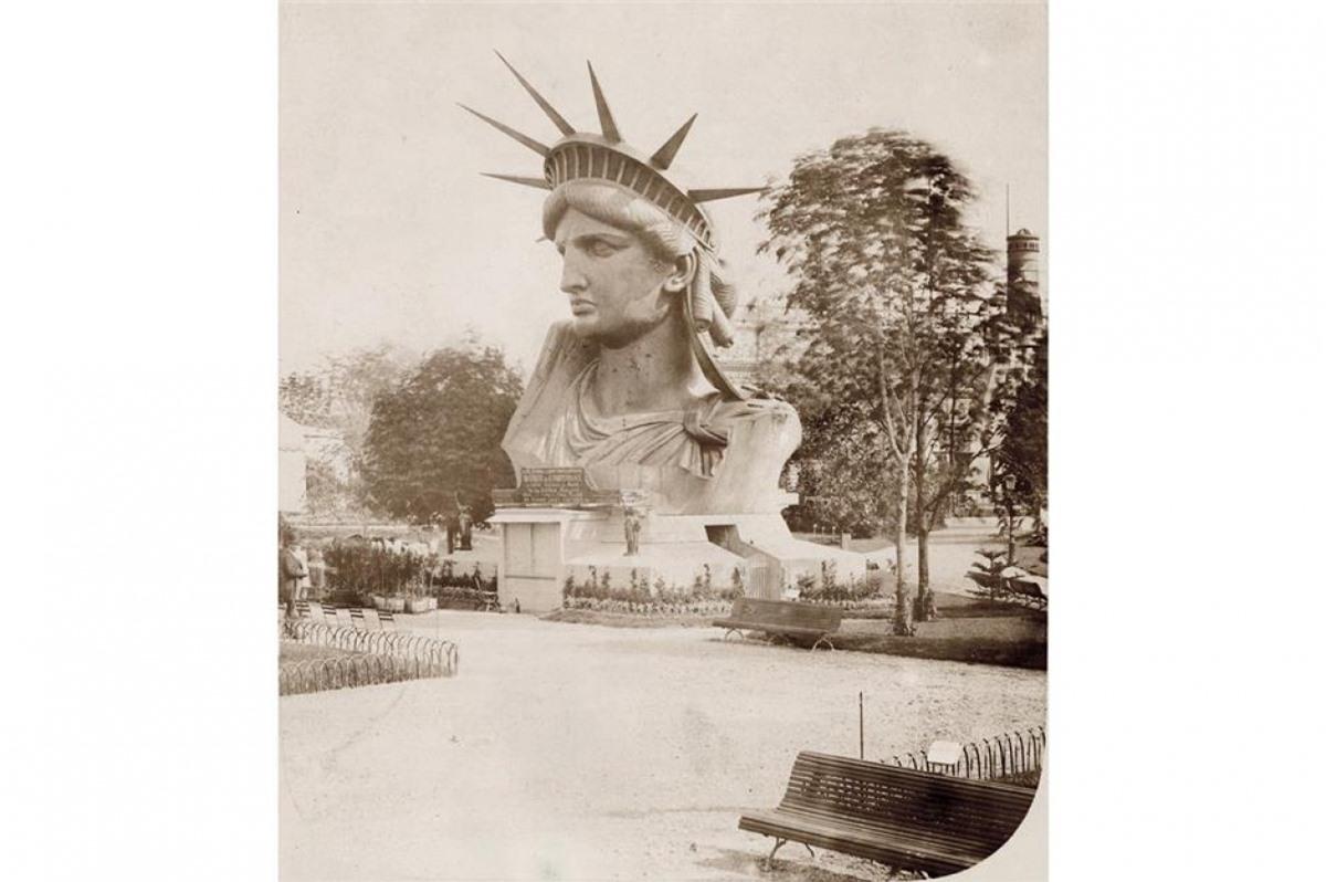Tượng Nữ thần Tự do (Thành phố New York, Mỹ).Bức tượng nổi tiếng này đầu tiên không được đặt ở New York, thực tế nó đã được trưng bày tại Hội chợ Thế giới Paris năm 1878 (ảnh), trước khi Pháp trao cho Mỹ vào năm 1886 để kỷ niệm liên minh giữa hai nước trong cuộc Cách mạng Mỹ.