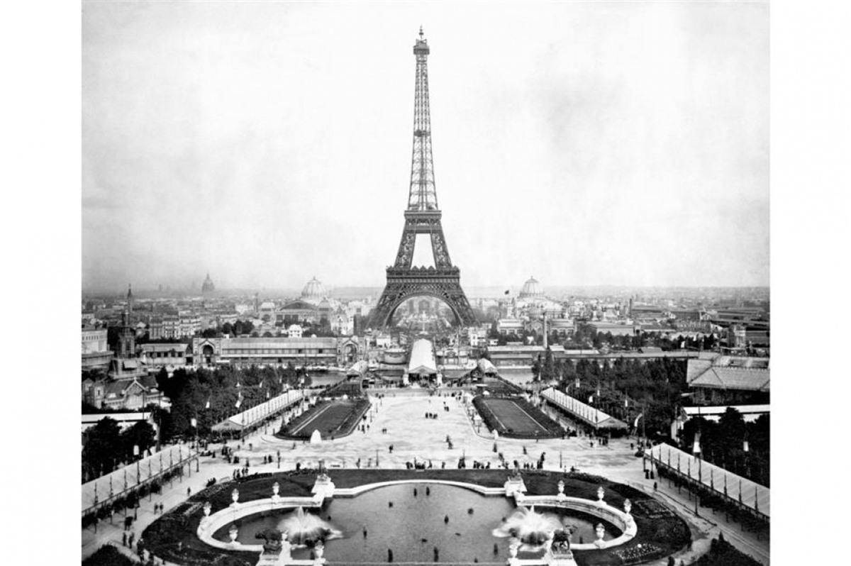 Tháp Eiffel (Thủ đô Paris, Pháp).Tháp Eiffel được xây dựng từ năm 1887-1889để kỷ niệm 100nămCách mạng Pháp và chào đón Triển lãm thế giớinăm 1889. Bức ảnh trên được chụp vào năm 1889. Ngày nay, tháp Eiffel thu hút khoảng 7 triệu lượt khách du lịch mỗi năm.