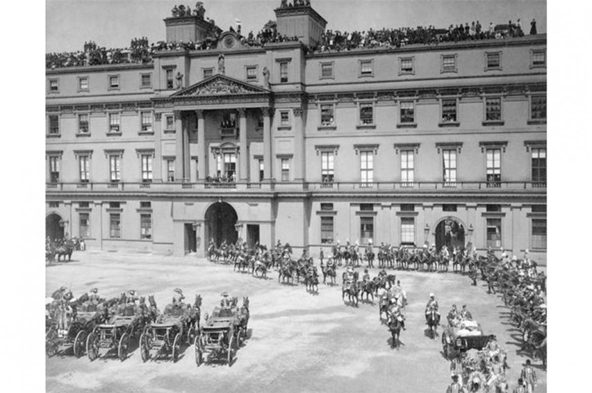 Cung điện Buckingham (London, Anh). Trong bức ảnh làĐại lễ Kim cương của Nữ hoàng Victoria vào năm 1897. Cung điện Buckingham là một trong những địa danh nổi tiếng nhất của Anh và từng là nơi ở chính thức của Hoàng gia từ năm 1837.