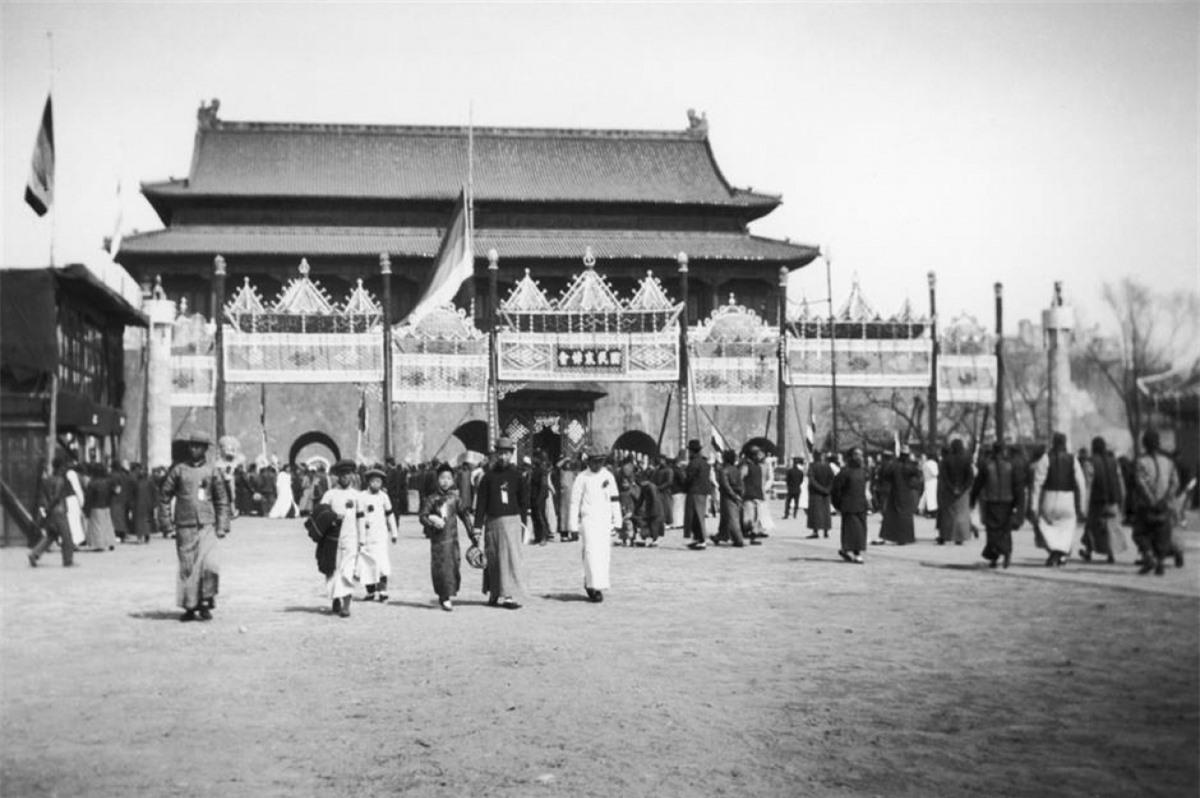 Tử Cấm Thành (Bắc Kinh, Trung Quốc). Tử Cấm Thành là một cung điện hoàng gia với quy mô xây dựng rộng lớn trên 720.000 m2. Tử Cấm Thành được xây dựng từ năm 1406-1420 và được UNESCO công nhận là di sản văn hóa thế giới vào năm 1987.Hình ảnh ở trên được chụp Tử Cấm Thành vào năm 1908.