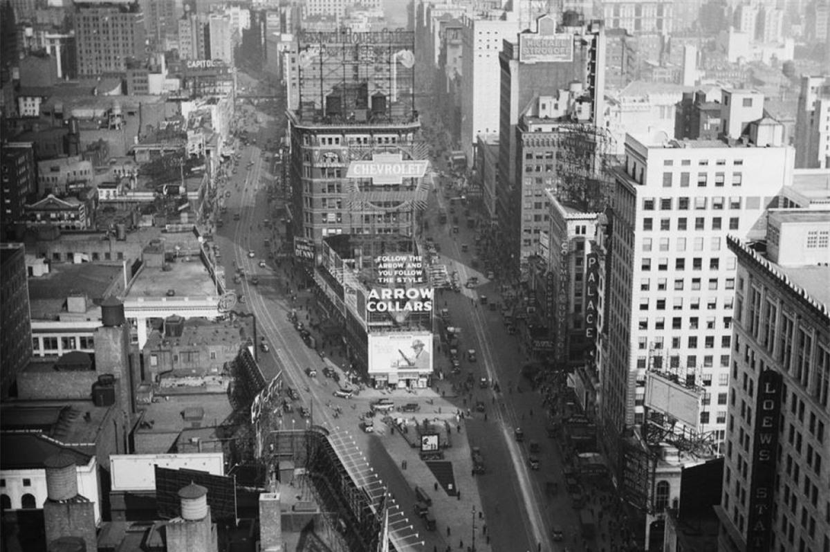 Quảng trường Thời đại (Thành phố New York, Mỹ). Quảng trường Thời đại của những năm 1920 (trong ảnh) khác xa ngày nay khi xuất hiện rất ít hệ thống đèn nhấp nháy và biển quảng cáo. Ban đầu, nơi này có tên gọi Quảng trường Longacre và được đổi tên thành Quảng trường Thời đại vào tháng 4/1904.