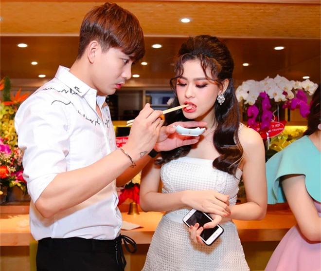 Cặp đôi khó hiểu nhất showbiz Việt: Xóa hình xăm khi ly hôn nhưng vẫn tình tứ, ở chung nhà - Ảnh 1.