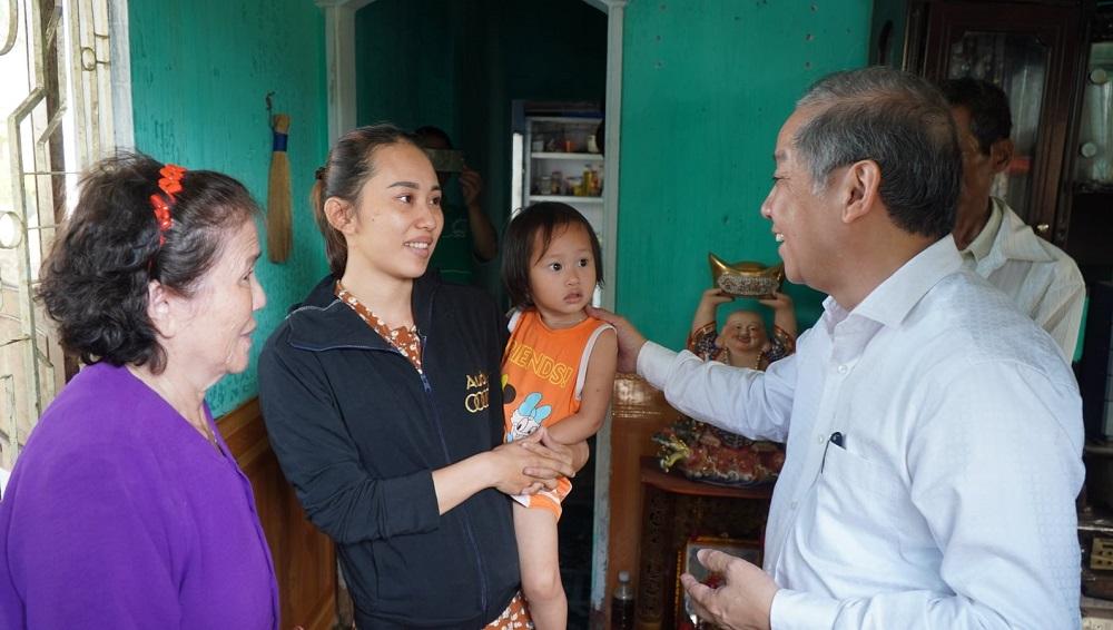 Ông Phan Ngọc Thọ thăm hỏi các hộ dân khu vực Eo Bầu.