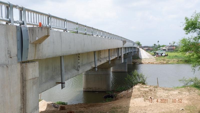 Cầu Trà Đình đã thi công xong đã lâu nhưng đến nay vẫn không có đường dẫn (Ảnh: V.Q)