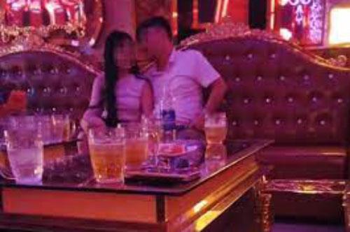 """Chồng và nhà chồng đi hát karaoke về lúc đêm muộn, cảnh tượng bên trong khiến họ choáng váng, càng """"đứng hình"""" trước lời tuyên bố của cô vợ"""