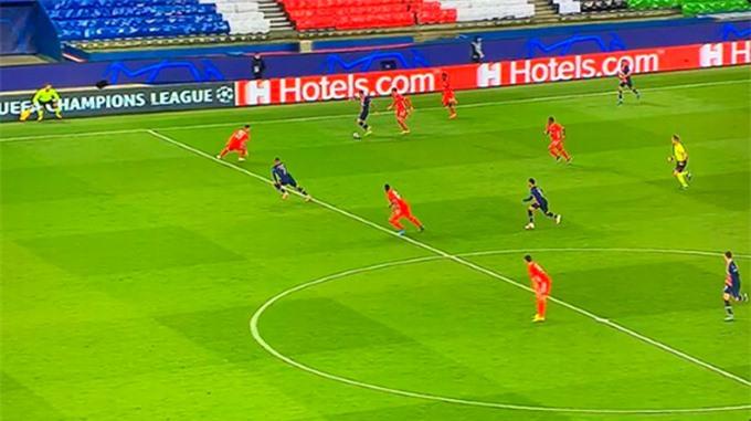Mbappe dường như vẫn đứng cao hơn 1 hậu vệ của Bayern