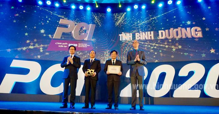 Lãnh đạo tỉnh Bình Dương nhận Kỷ niệm chương từ VCCI trao cho các tỉnh, thành có thành tích PCI xuất sắc. (Ảnh: binhduong.gov.vn)