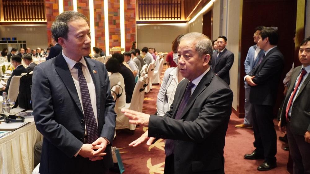 Chủ tịch UBND tỉnh Thừa Thiên Huế Phan Ngọc Thọ trao đổi với đại diện đến từ Hàn Quốc về ưu tiên của Thừa Thiên Huế trong xúc tiến đầu tư.