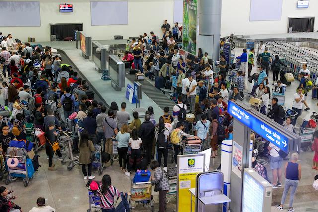 Giải thích về hiện tượng ùn tắc kinh hoàng nói trên, một cán bộ an ninh sân bay cho biết, xuất phát từ việc nhu cầu đi lại của hành khách tăng cao đột biến so với ngày thường, các hãng bay tăng cường thêm chuyến và một số chuyến bay có nhiều khách đoàn.
