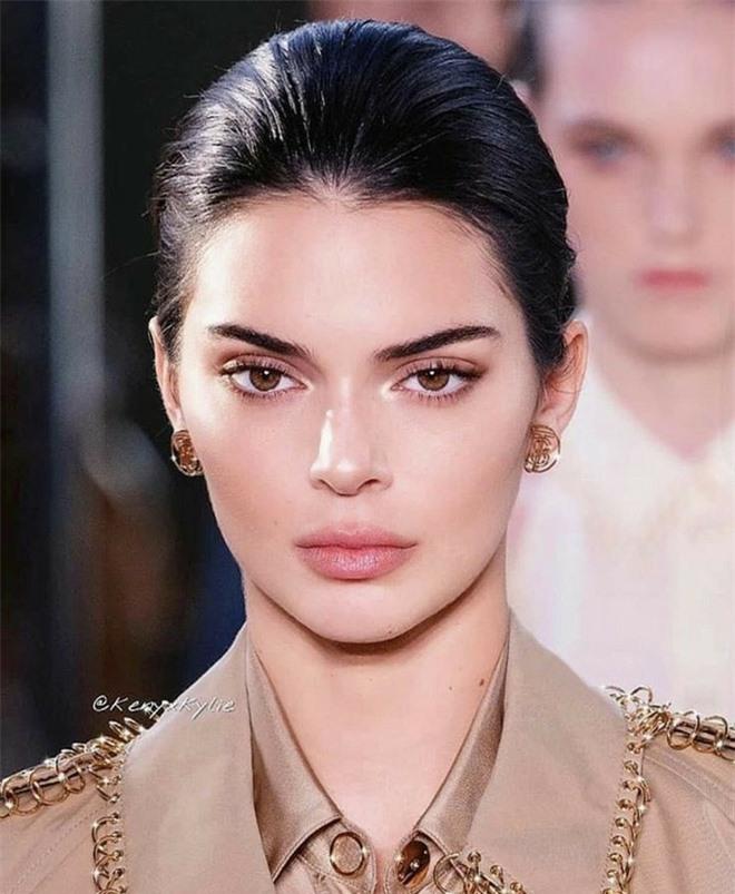 Bóc trần mặt mộc của dàn mỹ nhân Hollywood: Chị em Kendall - Kylie gây sốc, Selena và Hailey so kè khốc liệt visual thật - Ảnh 5.