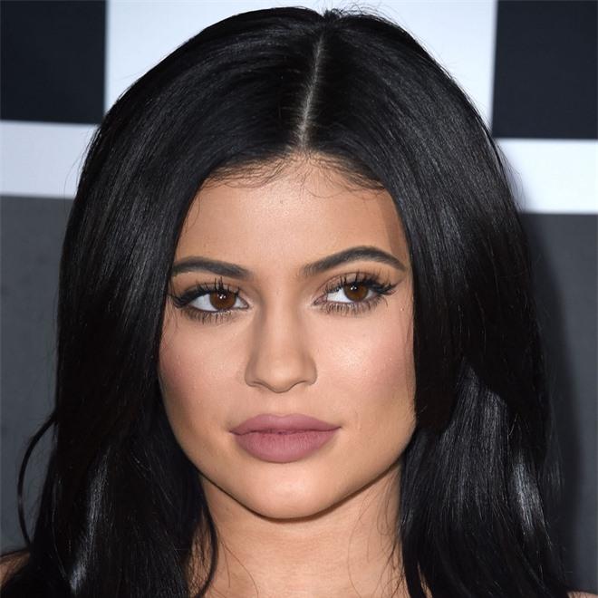 Bóc trần mặt mộc của dàn mỹ nhân Hollywood: Chị em Kendall - Kylie gây sốc, Selena và Hailey so kè khốc liệt visual thật - Ảnh 9.