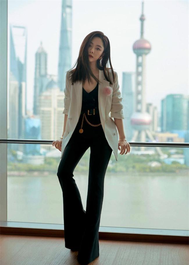 Đàm Tùng Vận mặc quần ống loe ra mắt phim mới, mặt thì rất đẹp nhưng netizen vẫn bóc phốt kéo chân quá đà  - Ảnh 2.