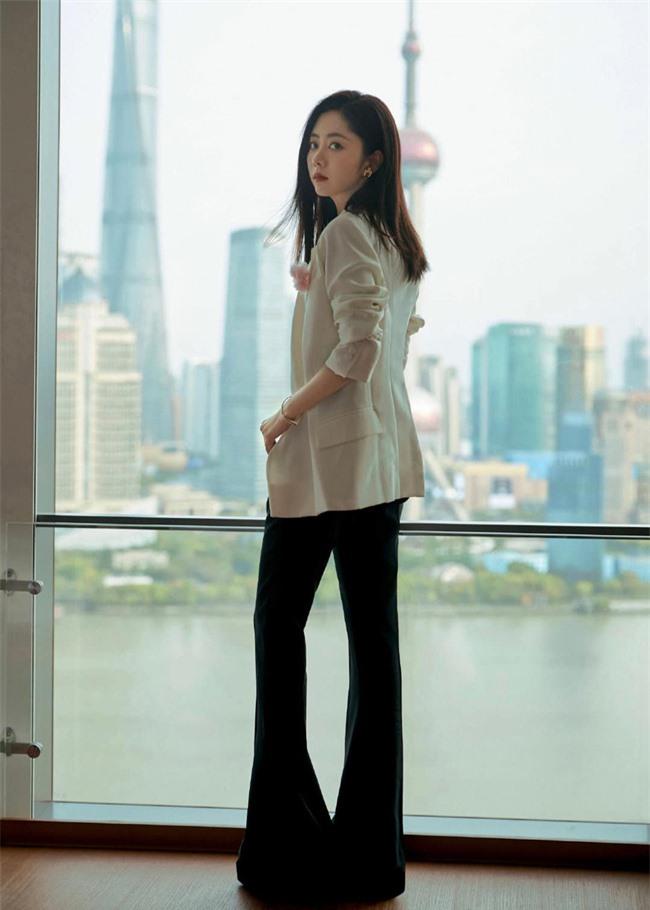 Đàm Tùng Vận mặc quần ống loe ra mắt phim mới, mặt thì rất đẹp nhưng netizen vẫn bóc phốt kéo chân quá đà  - Ảnh 3.