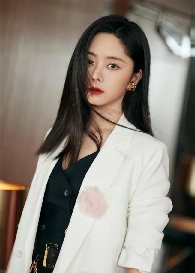 Đàm Tùng Vận mặc quần ống loe ra mắt phim mới, mặt thì rất đẹp nhưng netizen vẫn bóc phốt kéo chân quá đà  - Ảnh 4.