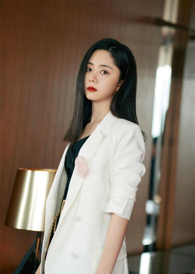 Đàm Tùng Vận mặc quần ống loe ra mắt phim mới, mặt thì rất đẹp nhưng netizen vẫn bóc phốt kéo chân quá đà  - Ảnh 5.