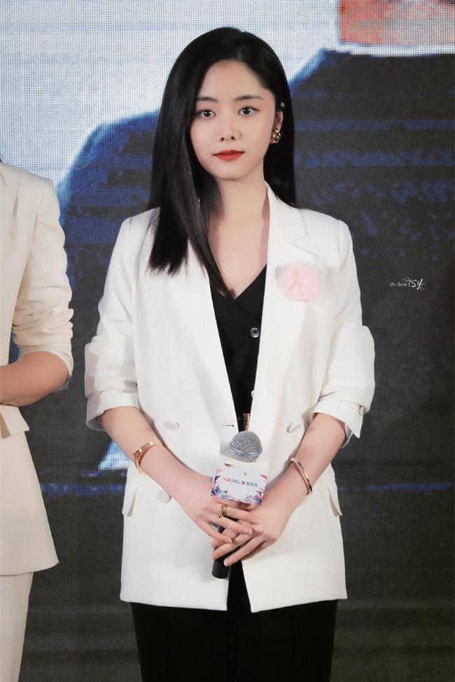 Đàm Tùng Vận mặc quần ống loe ra mắt phim mới, mặt thì rất đẹp nhưng netizen vẫn bóc phốt kéo chân quá đà  - Ảnh 7.