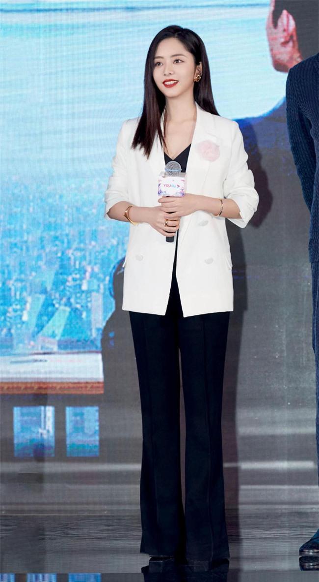 Đàm Tùng Vận mặc quần ống loe ra mắt phim mới, mặt thì rất đẹp nhưng netizen vẫn bóc phốt kéo chân quá đà  - Ảnh 8.