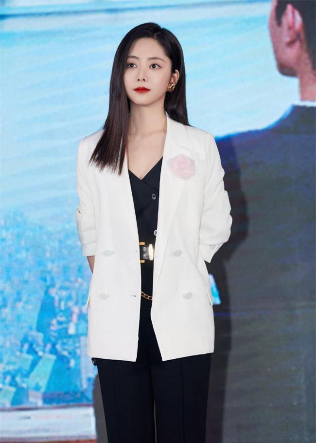 Đàm Tùng Vận mặc quần ống loe ra mắt phim mới, mặt thì rất đẹp nhưng netizen vẫn bóc phốt kéo chân quá đà  - Ảnh 9.