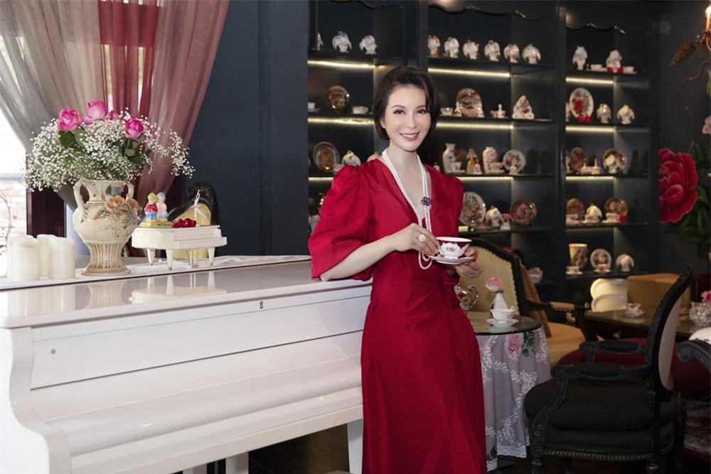 MC Thanh Mai hóa quý cô cổ điển khi uống trà chiều, mong sớm được hội ngộ con gái ở Mỹ - Ảnh 1.