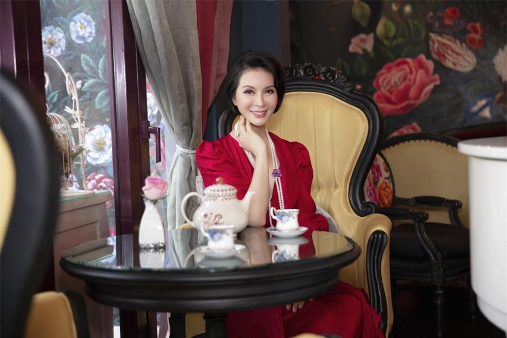 MC Thanh Mai hóa quý cô cổ điển khi uống trà chiều, mong sớm được hội ngộ con gái ở Mỹ - Ảnh 2.