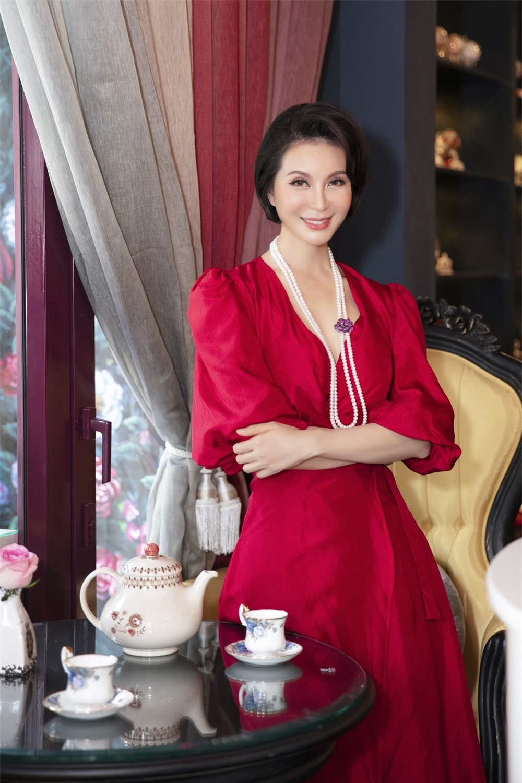 MC Thanh Mai hóa quý cô cổ điển khi uống trà chiều, mong sớm được hội ngộ con gái ở Mỹ - Ảnh 3.
