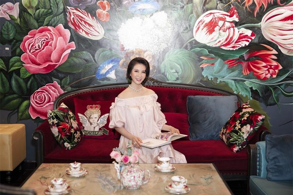 MC Thanh Mai hóa quý cô cổ điển khi uống trà chiều, mong sớm được hội ngộ con gái ở Mỹ - Ảnh 4.
