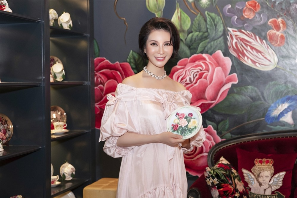MC Thanh Mai hóa quý cô cổ điển khi uống trà chiều, mong sớm được hội ngộ con gái ở Mỹ - Ảnh 5.